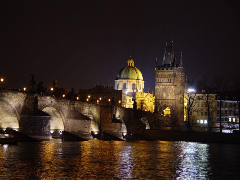Prague_Charles_Bridge_at_night
